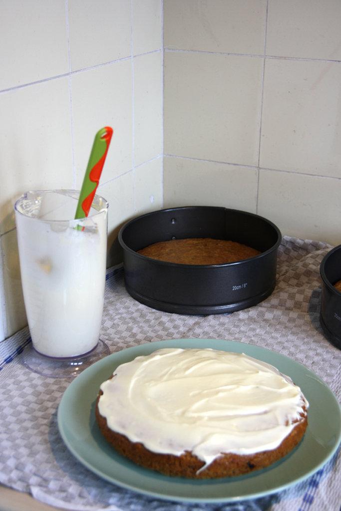 Carrot-Cake-Böden mit Cream-Cheese bestreichen