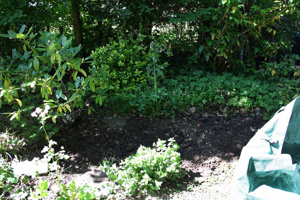 Unkraut jäten im Gartenbeet