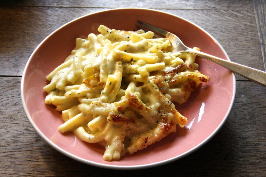 Homemade Mac and Cheese, serviert auf einem Vintage-Teller