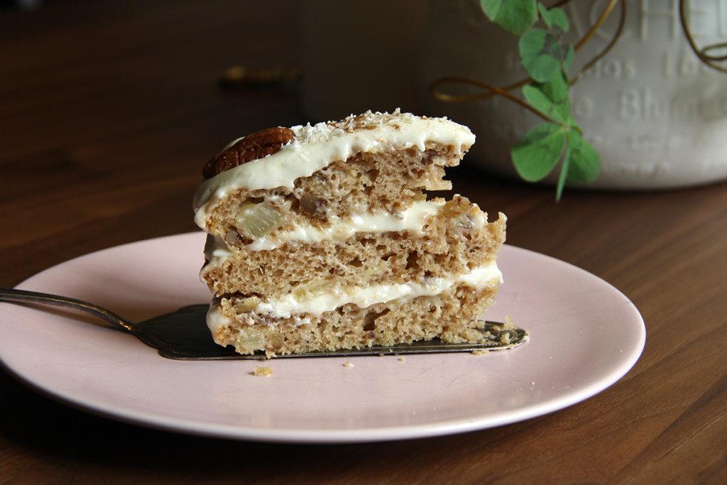 Stück des veganen Hummingbird Cakes